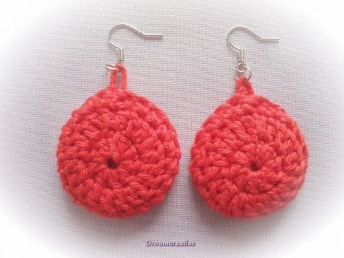 Oorbellen gehaakt rood.  Crochet earrings red.  www.droomcreaties.nl