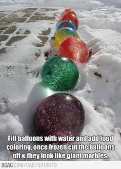 Remplir un ballon de baudruche avec de l'eau colorée et le faire geler.