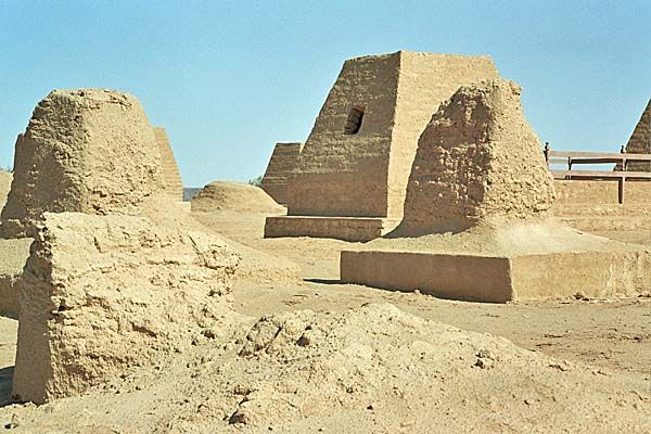 """Sahara a fost, cu 3-4 mii de ani inainte de Marile Piramide (ridicate in mileniul III i.Hr.), un ospitalier teritoriu pentru triburile nomade preegiptene. Cu ajutorul radarelor unor sateliti artificiali specializati – procedeul numit """"arheologie spatiala"""" – au fost facute exceptionale descoperiri in zonele Bir-Safsaf (la 900 kilometri sud-vest de Cairo) si Nabta (200 de…"""