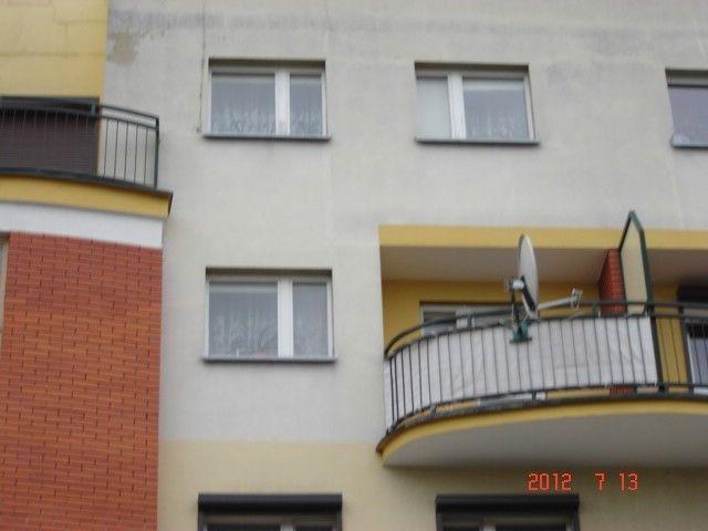 Na sprzedaż dwupoziomowy apartament w Lesznie przy ulicy Jana Ostroroga, powierzchnia użytkowa wynosi 87,14 m2, w skład wchodzą dwa poziomy. Poziom 1: Salon z wyjściem na balkon, przedpokój, korytarz, kuchnia, łazienka oraz skrytka