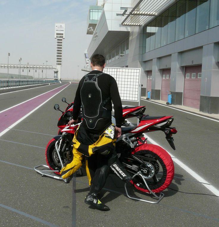 Gerincvédő teszt Katarban. Az Online Motoros magazin   Tesztmotor.hu
