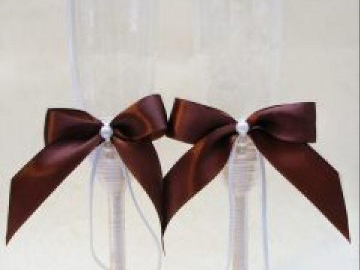 Un set de doua pahare elegante, cu piciorul imbracat in satin alb si ornat cu funda maro si perle albe.  *Pe comanda, putem schimba culoarea funditei, in functie de tematica nuntii.