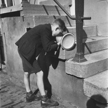 1945. Boy eats soup obtained from a soup kitchen in Amsterdam during the hongerwinter. More than 20,000 people lost their lives in Amsterdam and the western part of the Netherland during the winter of 1944-1945. There were 40,000 malnourished children in the big cities during the hongerwinter who fled to farming-communities were there was still food. Photo MAI Beeldbank. #amsterdam #worldwar2 #Hongerwinter