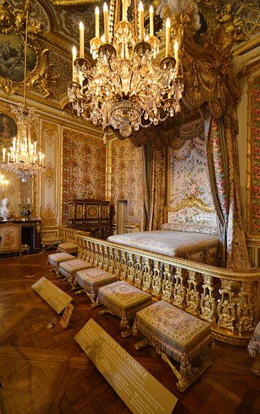 Qui siamo in Francia, nella splendida Reggia di Versailles. Questa è la celebre Chambre de la Reine dove venivano alla luce i figli dei re di Francia. In questa stanza dimorarono le regine Maria Teresa, Maria Leczinska e Maria Antonietta. Che sfarzo!