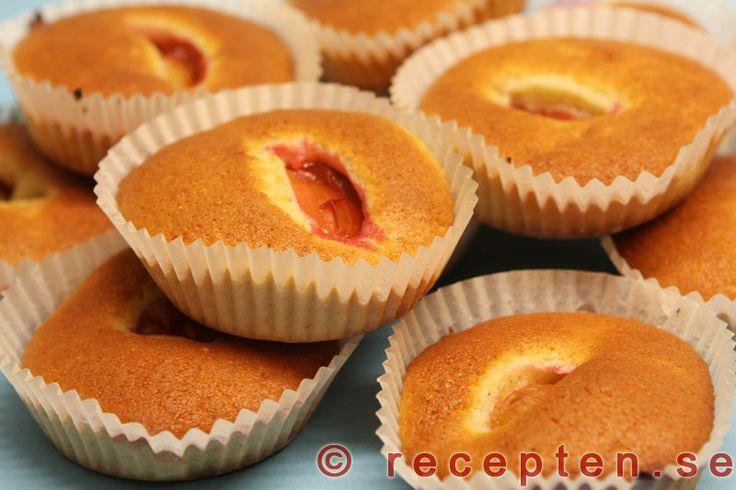 Plommonmuffins - Recept på goda och enkla muffins med plommon och smak av kardemumma. Recept med tydlig beskrivning och steg-för-steg-bilder.