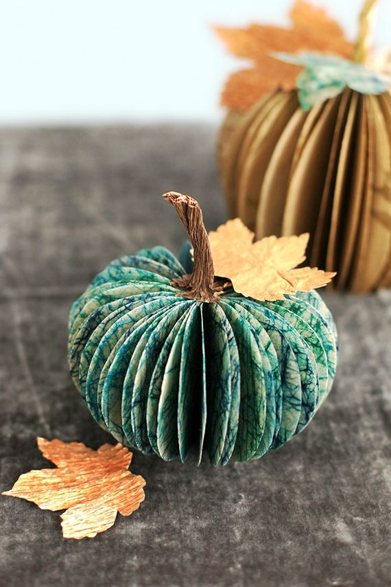Paper Pumpkin Centerpiece - Going to make these with the kids this week.