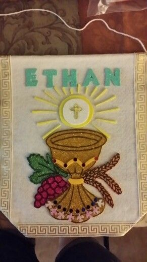 Ethan's first communion banner. I found a very nice pattern, so i printed and cut it out. I made it using sticky glitter foam and felt paper and put some confetti details. Simple