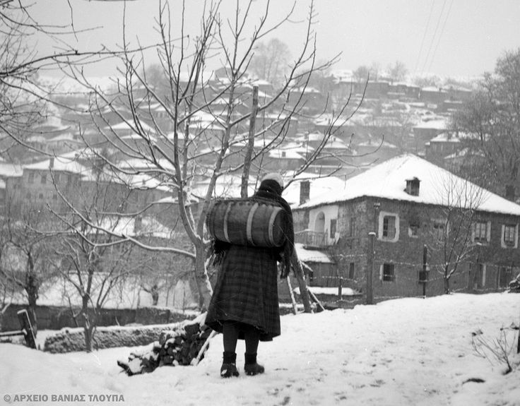 Τάκης Τλούπας .Κουβαλώντας νερό με βαρέλι στο Μέτσοβο 1951:
