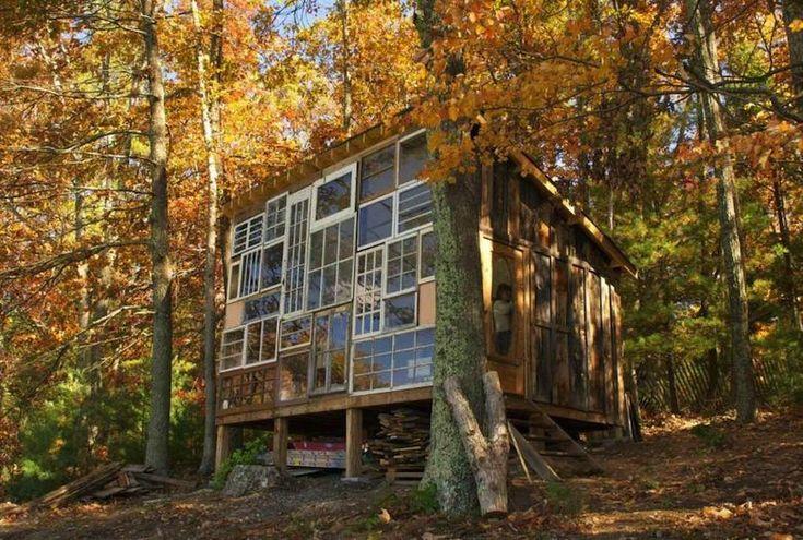 S'il fallait résumer l'histoire de cette cabane de verre recyclé, nous parlerions d'art, d'amour et de coucher de soleil. Le photographe Nick Olson et la créatrice Lilah Horwitz ont conçu l'habitat de leurs rêves avec un design simple essentiellement à partir de matériaux recyclés .  Tout commence en 2011 quand, pour leur premier rendez-vous, Nick emmène Lilah sur les terres de sa famille pour une promenade dans les montagnes de Virginie occidentale. Devant un magnifique coucher de soleil...
