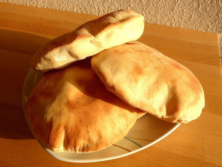 Excelente e fácil receita de como fazer pão pita ou pão sírio. Ótimo para inúmeras combinações de entradas à pratos principais. Para mais detalhes desta rece...