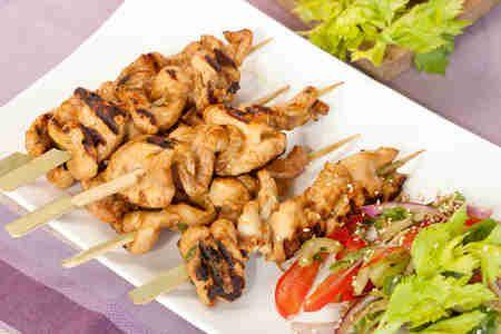 Satay z kurczaka z sałatką z selera i pomidorów