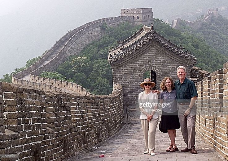 US President Bill Clinton (R), First Lady Hillary Clinton (L), and their daughter Chelsea tour the The Great Wall of China at Mutianyu 28 June. Clinton is visiting Xian, Beijing, Shanghai, Guilin, and Hong Kong during his nine-day visit to China. (ELECTRONIC IMAGE) AFP PHOTO/Luke FRAZZA