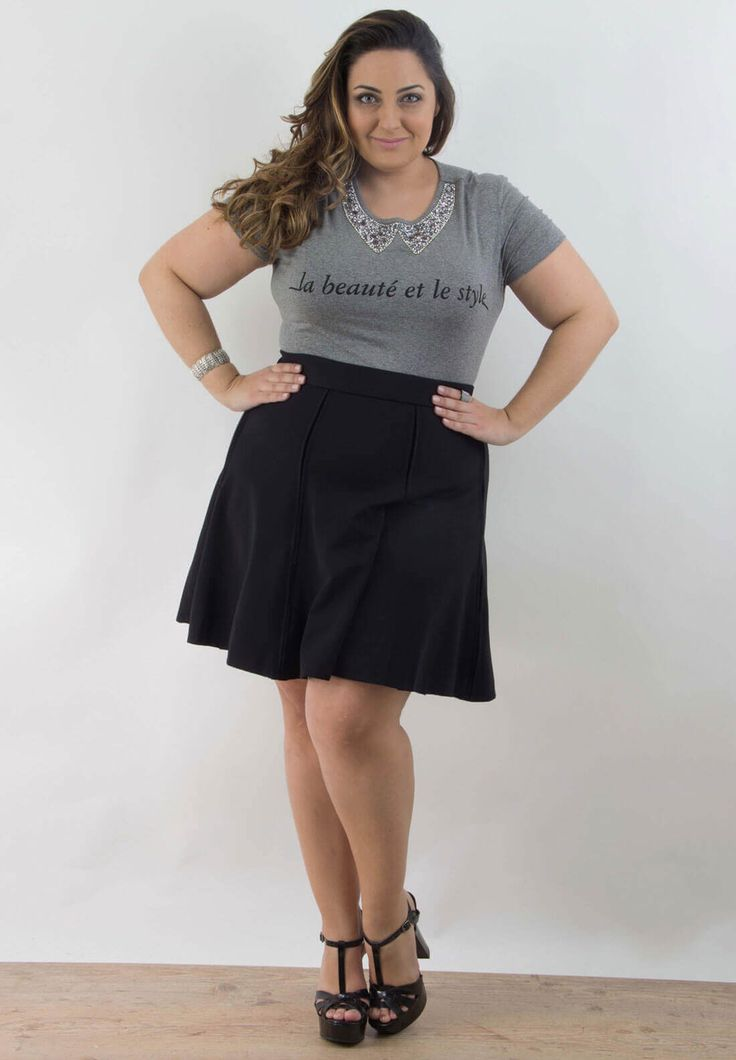 Blusa com aplicação de brilhos na gola com uma saia evasê deixa seu look jovem e feminino, a saia marcada na cintura afina a cintura.