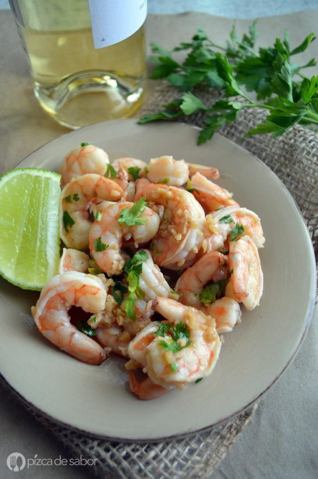 La versión en brochetas de los camarones scampi (shrimp scampi) o camarones al ajo, limón, perejil y vino blanco con un toque de mantequilla justo al final.