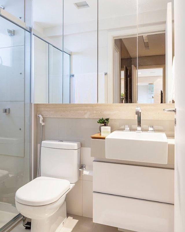 Banheiro assim todo clarinho, quem não ama??? ☺️ Autoria do Projeto: Dubal Arquitetura Meus projetos autorais em: @carolcantelli_interiores SNAP: Decoremais