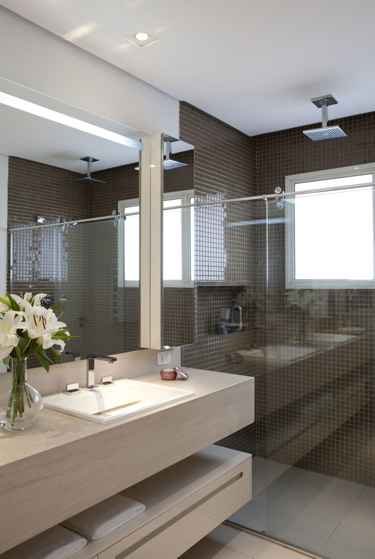 Projeto de Deborah Roig --- love the left half, indifferent about the shower #modern bathroom