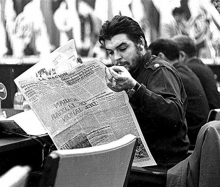 """Ernesto el """"Che"""" Guevara (Rosario, Argentina, 14 de mayo de 1928 - La Higuera, Bolivia, 9 de octubre de 1967). Fue un político, escritor, periodista y médico argentino, uno de los ideólogos y comandantes de la Revolución cubana (1953-1959). Guevara participó desde la Revolución y hasta 1965 en la organización del Estado cubano. Desempeñó varios altos cargos, en el área diplomática, actuó como responsable de varias misiones internacionales."""