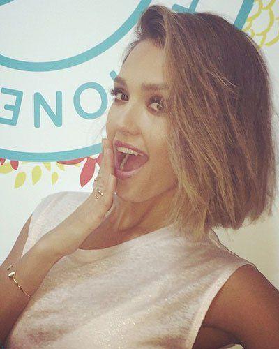 """Bob-Frisur: Jessica Alba """"Uh oh, someone chopped off her hair!"""" Jessica Alba freut sich auf Instagram über ihren neuen Haarschnitt. Den Bob hat ihr Celebrity-Stylist Giannandrea verpasst - für das """"Mädchen mit dem magnetisierendsten Lächeln"""", wie er sagt. Der gebürtige Italiener weiß halt, wie man Komplimente macht. Zu seinen Kundinnen gehören auch Cameron Diaz, Reese Witherspoon und Eva Mendes. Der Mann hat's wohl drauf ..."""