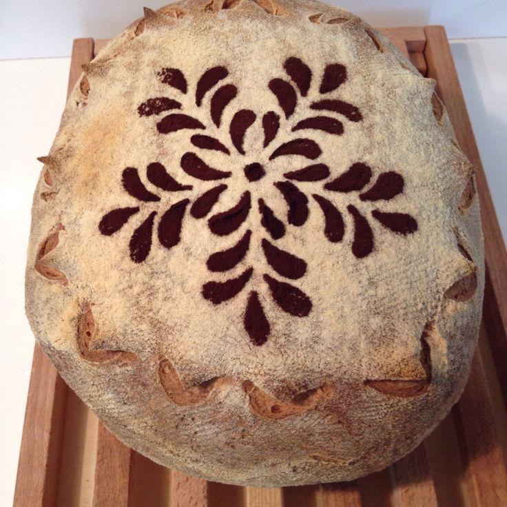 Pane di semola con lievito madre decorato con stencil