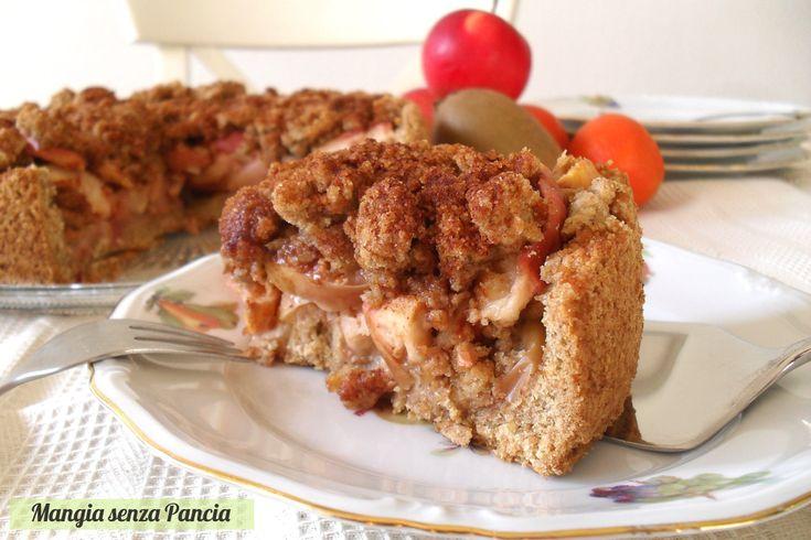 La Torta di mele con crumble fatta con farina integrale e margarina leggera è un dessert molto goloso: gli ospiti gradiranno di sicuro