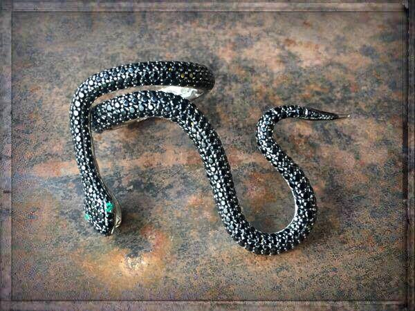 GEFÄHRLICH SCHÖN ≫≫≫ www.schmuck-reich... ►►► FACEBOOK ≫≫≫ www.facebook.com/schmuck.reichenberger ►►► #uhren #schmuck #burghausen ►►► #glitznglam #ringfashion #fashionring #blackaddict #snakecollection #snakering #ringparty #ringcandy #statementpiece #blackring #schlangenring #ringliebe #ringe #ring #jewelry #luxuries #styleisanattitude #schmucktrends #trendschmuck #fashionjewelry #onlineshopping #shopping #schmuckshop #schmuckblog #snakejewelry #blackjewelry