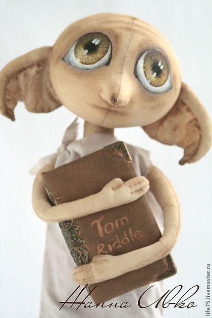 Купить или заказать Добби'Гарри Поттер' (повтор) в интернет-магазине на Ярмарке Мастеров. Добби персонаж книги 'Гарри Поттер и тайная комната' Добби — домашний эльф семьи Малфоев, получивший свободу благодаря Гарри) Сшит из бязи , тонирован кофе и художественными масляными красками, глазки-акриловая краска, дневник Тома Ридли сделан в ручную с нуля, украшен металлической фурнитурой. Добби стоит только на подставке. Интерьерная кукла, не предназначен для игры.