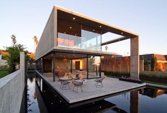 Casa moderna rodeada por agua