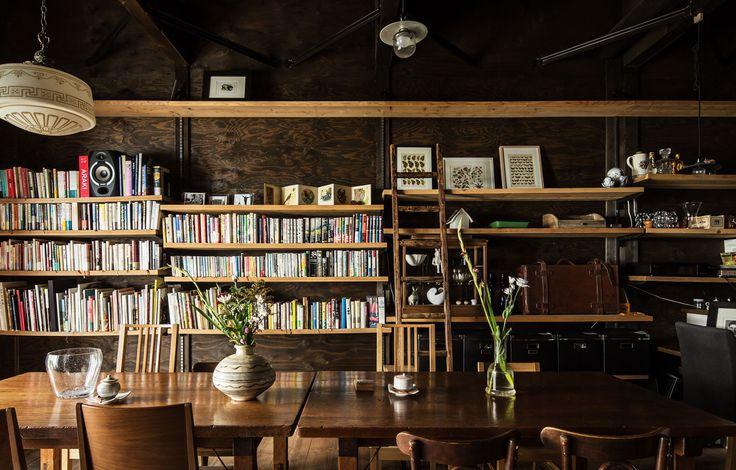 ならまちにある町屋を改装したブックカフェです。静かな外観ですが、一歩足を踏み入れればオーナーが世界中で集めた古今東西のアンティークや書籍、音楽が詰まった濃密な時間が流れています。そんなトランクの中みたいなインテリアが、かつてシルクロードの終着駅だった奈良には似つかわしいのではないかと考えています。  【設計:山本嘉寛建蓄設計事務所 TEL 06-6771-9039   http://yyaa.jp/】