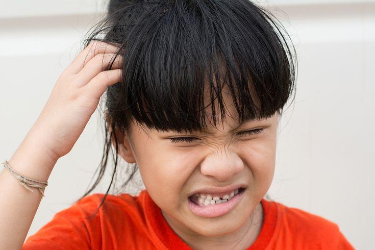 Depuis la rentrée, certaines mamans se battent avec le problème des poux. Même avec une hygiène irréprochable, aucune tête n'est à l'abri.  Vous avez trouvé une lente ou un pou sur la tête de votre enfant? Nous vous déconseillons fortement la solution chimique. En effet, les insecticides contenus dans les traitements anti-poux sont néfastes …