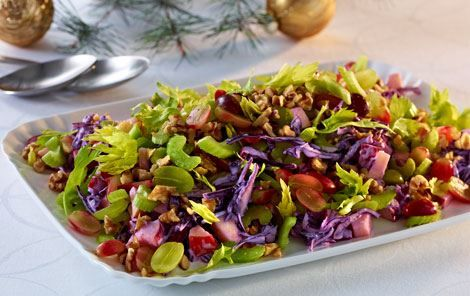 En herlig frisk rødkålssalat, som har lånt en hel del fra waldorfsalaten.