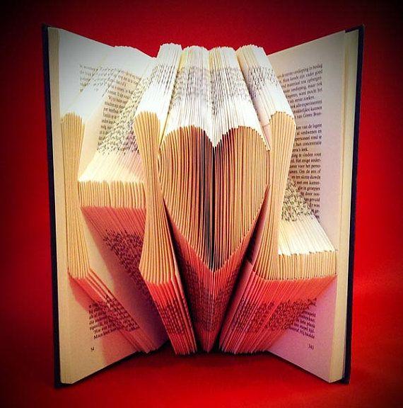 Initialen gevouwen in een boek - Erg leuk cadeau voor een bruiloft of een jubileum - cadeautip