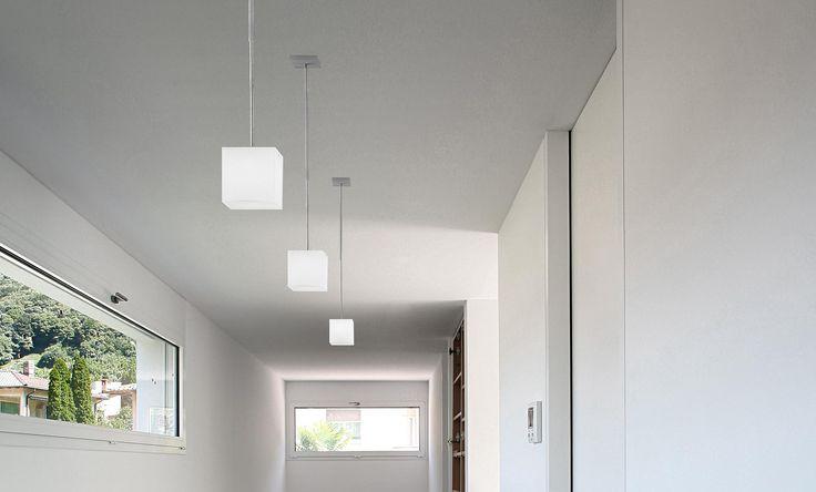 Panzeri - Kubik a sospensione  Kubik è una lampada a forma di cubo in due diverse dimensioni. Nonostante la sua semplicità geometrica è un prodotto estremamente versatile, disponibile in versione da parete, da terra, da tavolo e a sospensione.