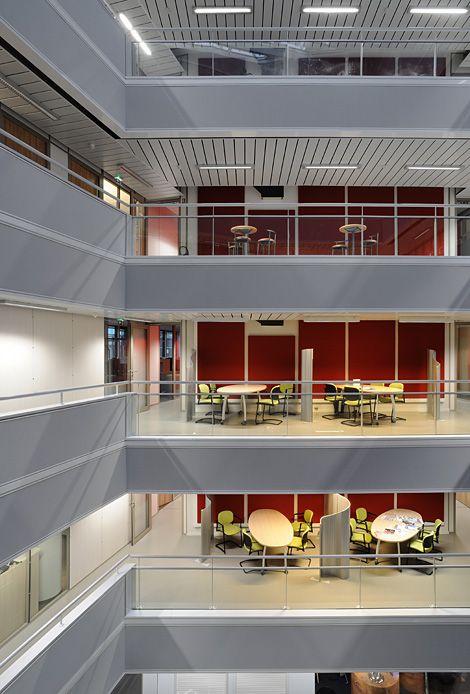 WOOPA à Vaulx-en-Velin immeuble de bureaux à énergie positive tous usages. Le bâtiment, conçu pour limiter les consommations d'énergie primaire et les émissions de CO2, produit de l'énergie au-delà de sa consommation et à partir de sources renouvelables (cogénération et photovoltaïque).    Ce complexe de 18000m² offre 10000m² de bureaux, 7000m²de parkings et 1000m² de commerces, et se positionne comme l'une des figures de proue des « green buildings » actuels et à venir.