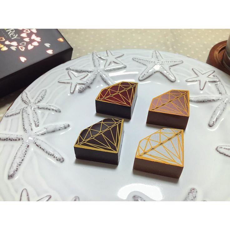 2016.2.29  深夜0時スイーツ  デルレイのチョコレート  バレンタイン前に購入するも何だか食べるのが勿体無くてこんなに遅くなっちゃいました  1年振りのチョコは想像以上の美味しさ今日は2個だけにしておきまーす  #dessert #food #desserts #yum #yummy #instafood #sweets #chocolate #cake #delicious #foodpics #teatime #delrey #valentineday #valentine #おうちカフェ #チョコレート #デルレイ #ベルギーチョコ #ベルギー  #高級チョコレート  #プラリネ #ショコラ #ダイヤモンドチョコ by __ponko__