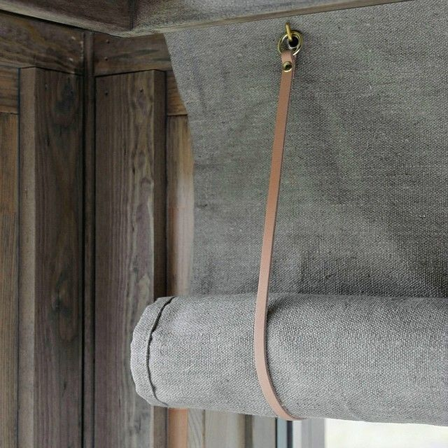 Hedda skreddersydd interiøret: Spesialdesignede lerretsgardiner med lærrem og messingring.