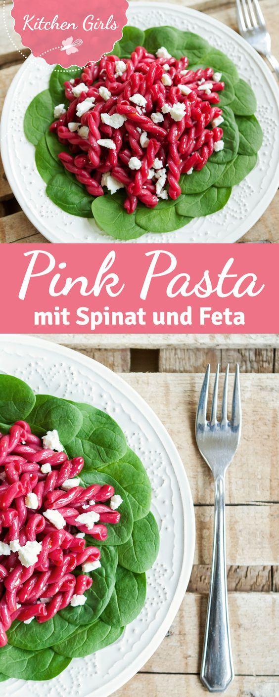 Pretty in Pink: Rote Bete Nudeln sind der absolute Hingucker auf dem Pastateller. Hier findet ihr ein schnelles Rezept für das Trendgericht!