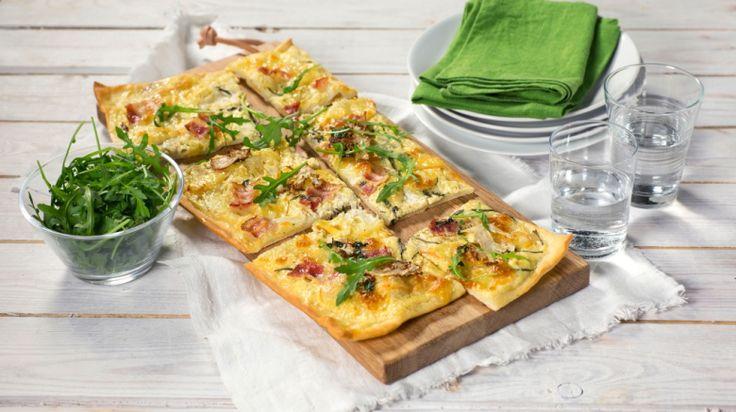 Oppskrift på Hvit pizza med Port Salut, blomkål og bacon