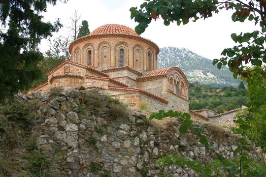 J'y suis allée, GRECE, Mistra La ville de Mistra fut fondée par les Francs, dans le Péloponnèse près de Sparte. Modelée par les occupations byzantines et ottomanes, elle était une capitale culturelle majeure. Ravagée par un incendie au début du XIXe siècle, la ville est abandonnée pendant plus de 100 ans avant qu'on entreprenne une restauration.