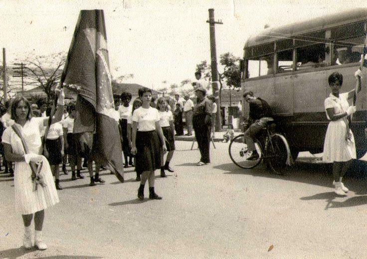 Desfile de 7 de Setembro na Vila Formosa (anos 50) Desfile de 7 de Setembro na Vila Formosa na av. Eduardo Cotching, próxima à rua Aracê. Waltinho, em sua bicicleta, acena para a câmera, ao lado, um ônibus da Viação Cometa.