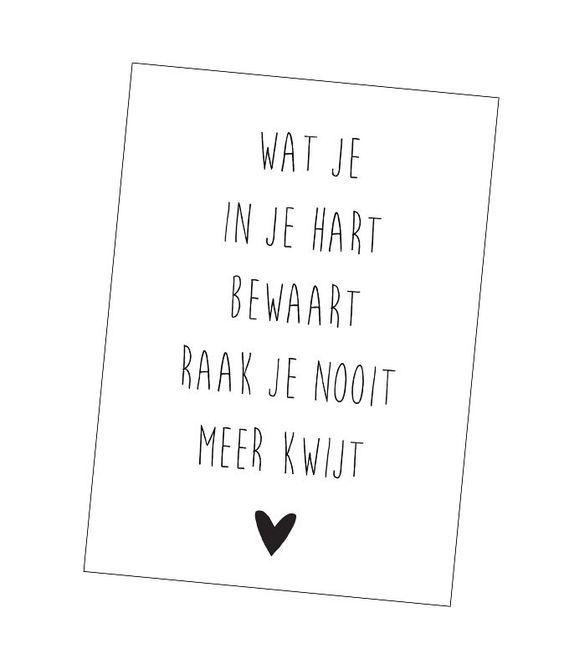 Ansichtkaart in zwart-wit met tekst Wat je in je hart bewaart raak je nooit meer kwijt. woonkaart kaart decoratie tekst quote