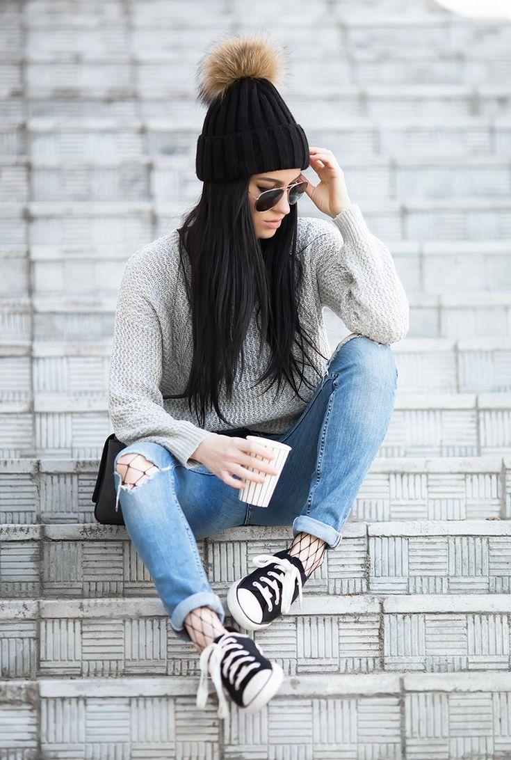 Conjunto jersey gris, pantalones tejanos azules, gorro negro, gafas negras, bolso negro y zapatillas negras #misconjuntos #conjuntomoda #modafemenina #modamujer #modainvierno #fashion #style #looks