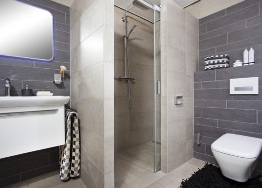 De soepel geleidende douchedeur is een echte ruimtewinner.