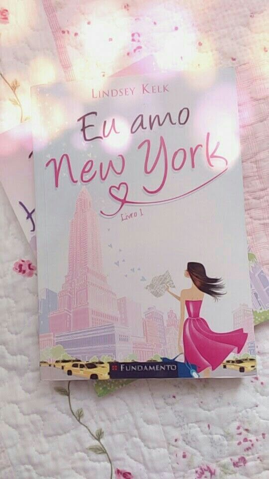 """""""Tão completamente diferente, sozinha e desafiadora, esta ilha mágica brilhava. New York não era um lugar para onde a gente vai quando quer de encontrar; é um lugar para onde a gente vai para se tornar alguém se reinventar.""""  Primeiro livro da série I Heart - Eu Amo Nova York - Lindsey Kelk❤ #iheartnewyork #lindseykelk #welcometony #londontonewyork #euamonovayork #LINDSEYKELKBOOKS #iheartbooks #iheartnewyorkbook  #editorafundamento"""
