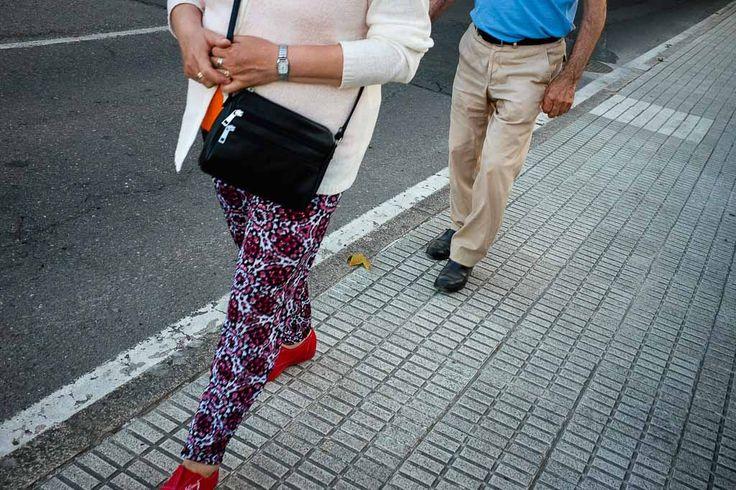 Una escena de fotografía de calle en la que los sujetos no se reconocen.