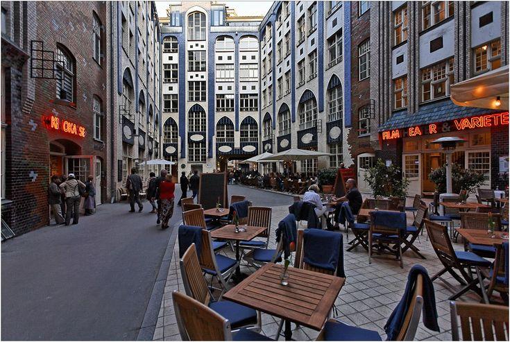 HACKESCHE HÖFE in Berlin (foto von Robert Bauer): Het Hackesche Höfe complex wordt beschouwd als een van de mooiste voorbeelden van industriële Jugendstil architectuur in Duitsland. Het centrale plein wordt omringd door gebouwen die betegeld zijn met geglazuurde tegels en zijn versierd met Moorse mozaïeken.