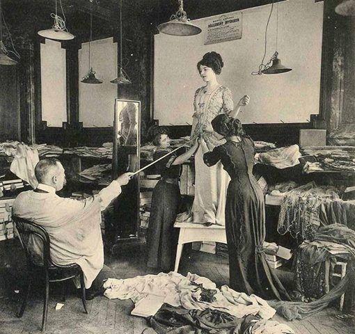1910 Oltre alle francesi, per le ricche signore di New York e #Londra era d'obbligo almeno una visita ai saloni di moda di #Parigi. Le donne non si facevano di certo fermare dai lunghi viaggi per essere sempre più belle ed eleganti. #liberty #style