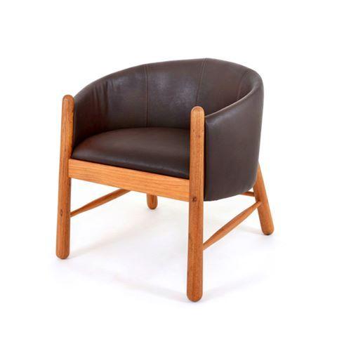 LANÇAMENTO: CURURU. Freijó torneado, que remete à marcenaria portuguesa, e revestimento de couro são os materiais que dão forma ao Cururu, móvel que acabamos de criar. Versátil, ele pode ser usado como poltrona, num confortável living, ou como cadeira, em torno de uma mesa de carteado. É uma peça que combina com diferentes estilos de decoração.    #alfiolisi #verasantiago #agenciadedesign #poltrona #cadeira #poltronacururu #cururu #design #designbrasileiro @agenciadedesign #movelversatil