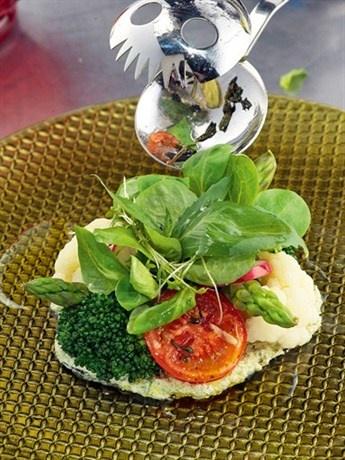 Салат из овощей с имбирно-чесночным соусом
