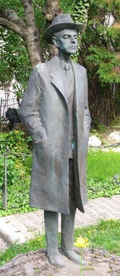 Bartók Béla Az 1981-ben felavatott bronz szobor Varga Imre szobrászművész alkotása.