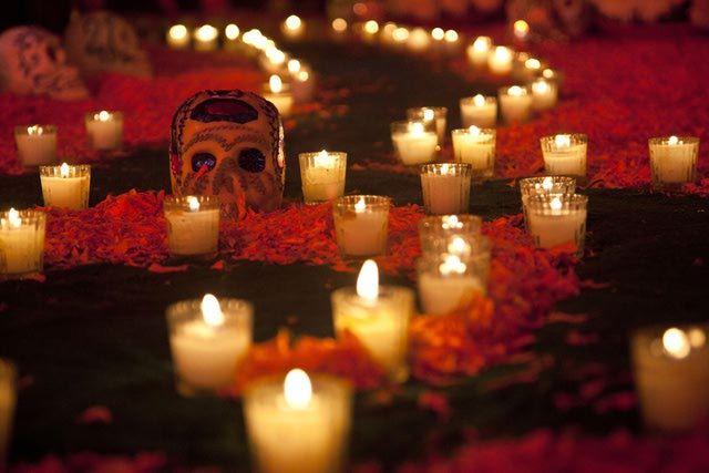 12 Objetos que se ponen en una ofrenda de Día de Muertos: Veladoras o cirios